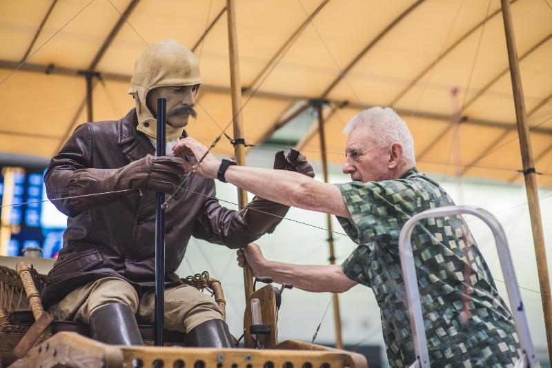 鄧年威的拍檔Gordon Andreassend從飛機上解下機師模型。