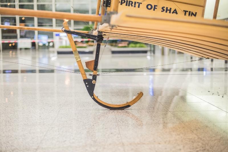 「沙田精神號」並沒有後轆,主要靠機尾的尾橇(tail skid)輔助降落。