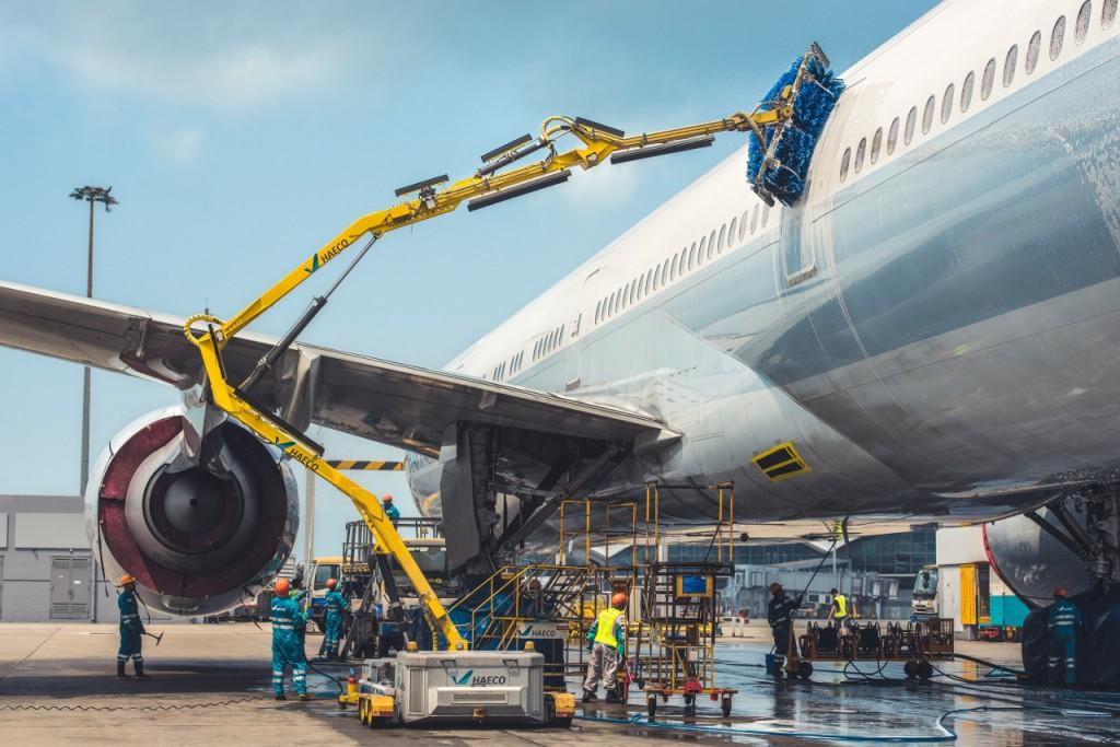 清潔隊也會借助這部叫Nordic Dino的機器洗刷飛機,大大提升工作效率,但細微和難以觸及的位置始終要靠人手清潔。