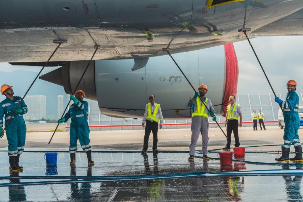 飛機體積龐大,清潔隊每次均有十多名成員一起工作,因此良好的團隊合作尤為重要。