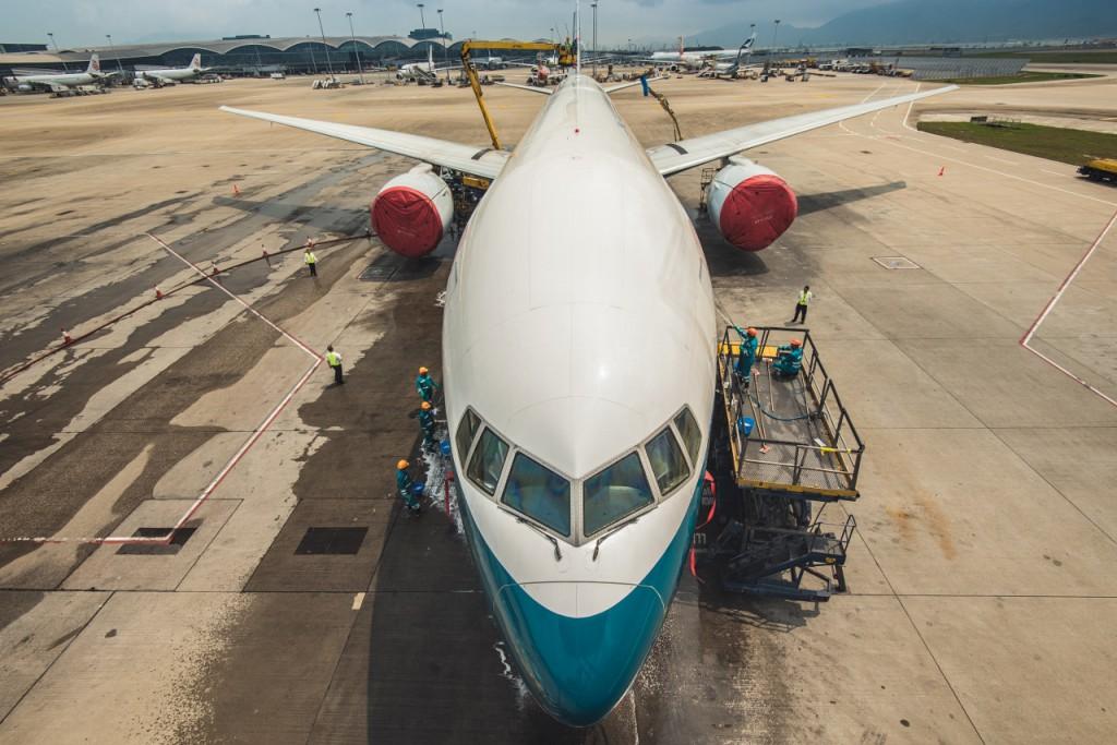 經過約三小時的清洗後,飛機立即光潔如新。