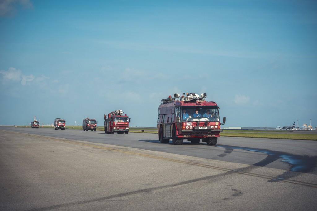 機場消防局的消防車每天早上在滑行道進行試車,確保車輛性能良好。