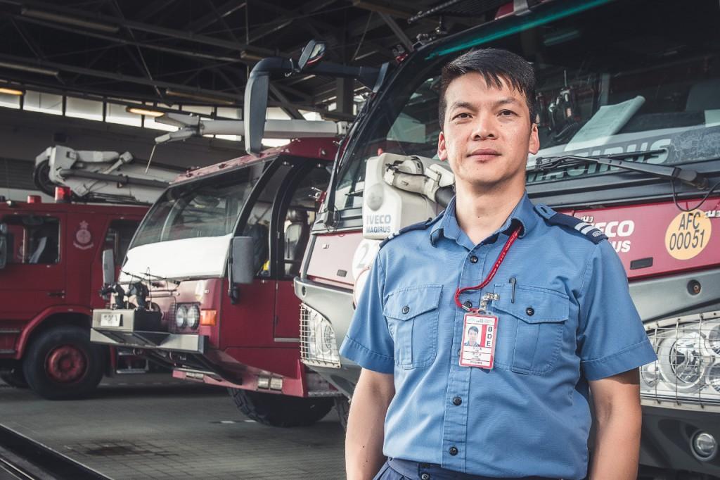 消防隊目譚少雄有27年救援經驗,加入機場消防隊亦已17年。
