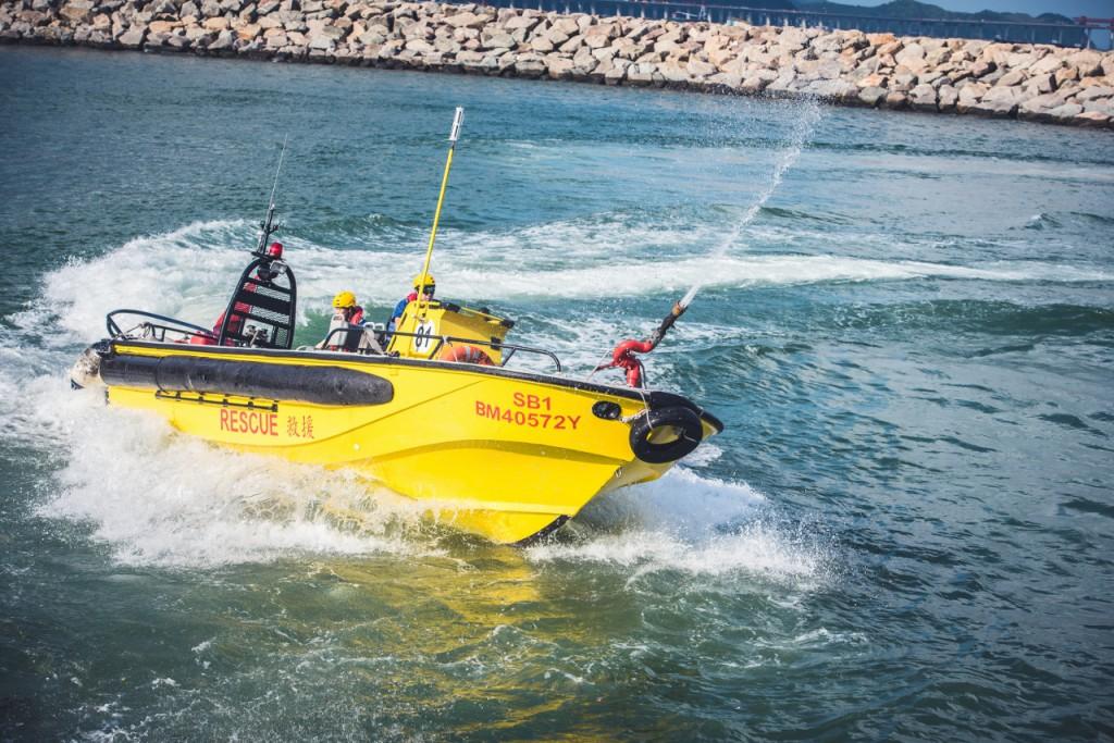 為了應付海上拯救環境,譚少雄身兼快艇駕駛員和潛水員。