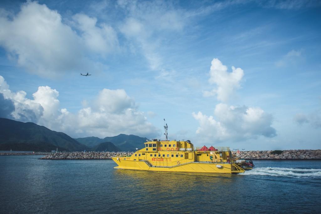 機場消防隊的指揮船在機場東西兩端海面候命,守護着每天過千班升降的航機。