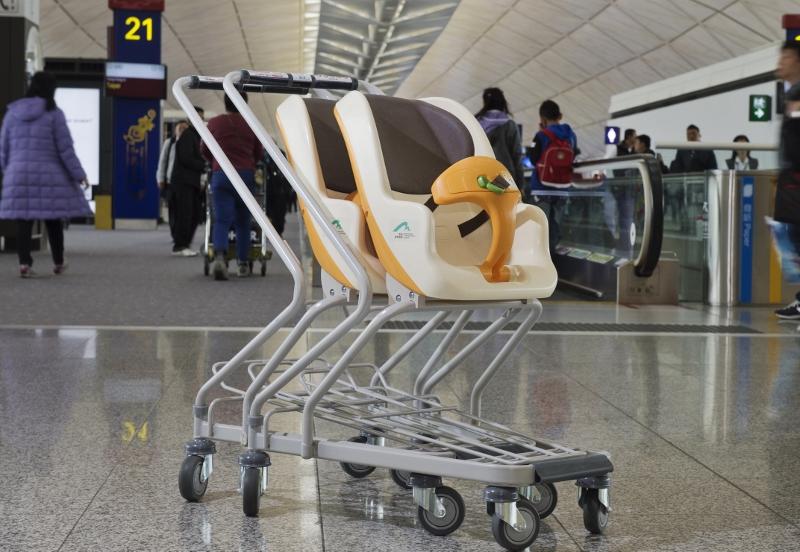 現時機場約有300部嬰兒手推行李車,擺放在禁區各處。