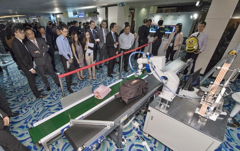 在香港國際機場早前舉辦的科技創新研討會暨展覽會上,多間科研公司展示最新的機械操作及自動化應用技術。