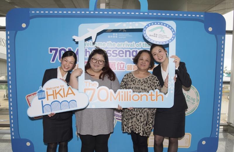 香港國際機場於2016年12月29日歡迎第7 000萬名旅客(左二)抵港。