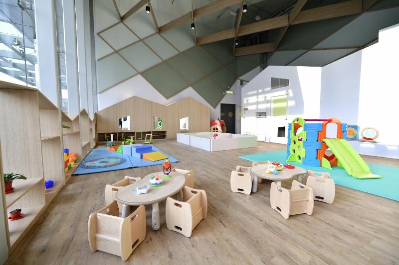 機場幼兒園裝潢模仿村落小屋及斜頂建築設計,色調柔和、日光充足,讓嬰幼兒能在舒適和諧的環境下開心學習。