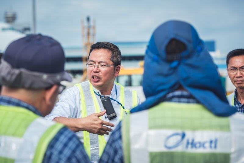 機場每天的貨機升降量驚人,凌立要安排及分配組員處理裝卸貨物,是小組的指揮。