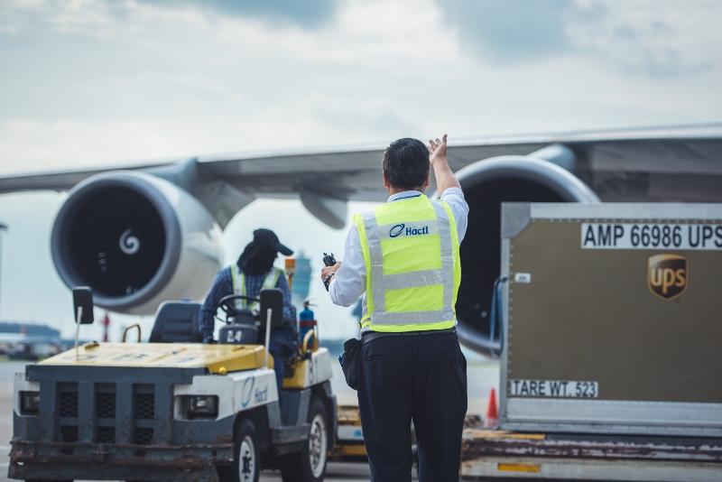 貨機降落後,工作人員立即開始工作,要在一個多小時內完成裝卸,分秒必爭。