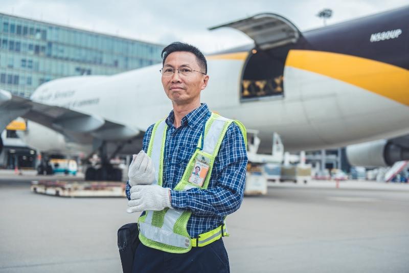 財哥入職至今34年,是空運貨站的老臣子,每次落到停機坪仍然打醒十二分精神,堅持安全至上,專業精神值得敬佩。