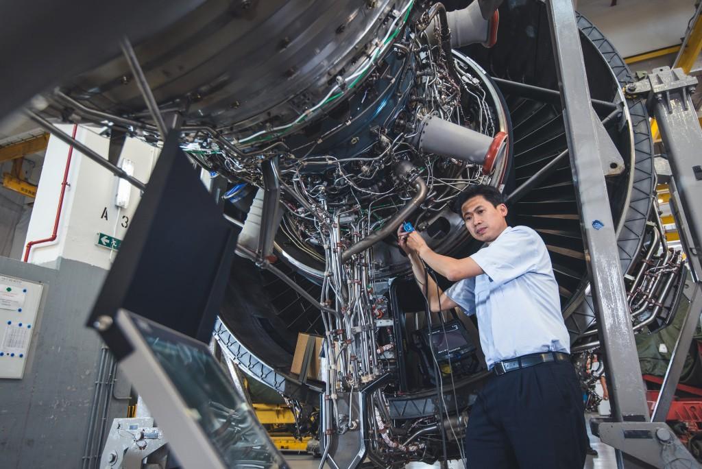 麥德光示範使用孔探打磨儀器維修引擎內部。