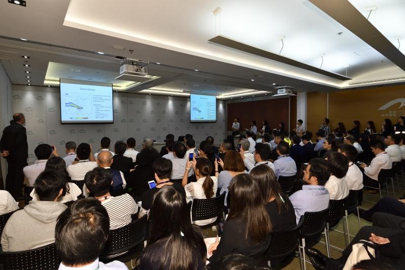 在颱風接近香港時,機管局已召開聯合會議,應對風暴可能造成的影響。
