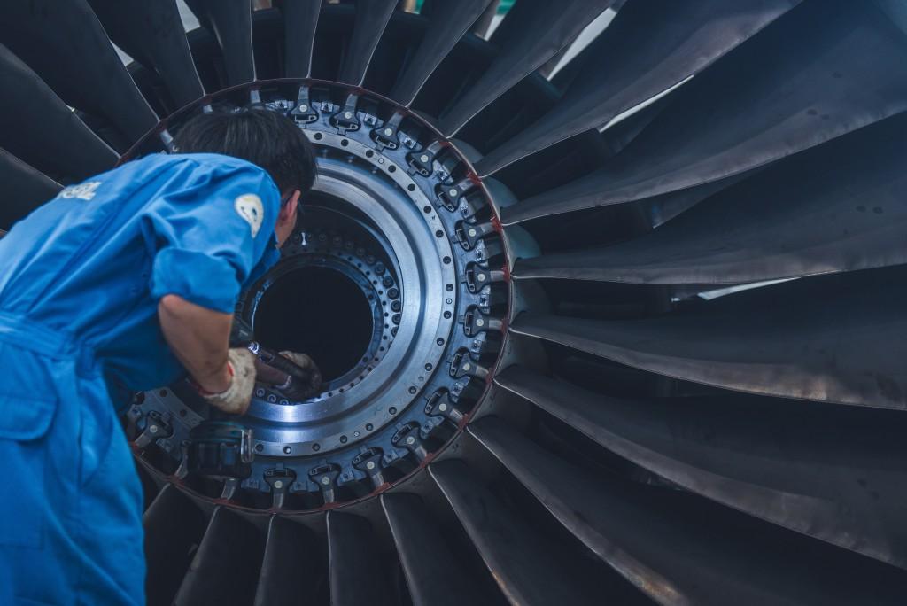 工作人員正在安裝引擎扇葉組件。