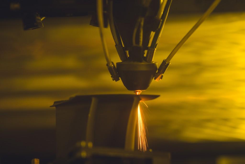 另一組機器則以鐳射進行燒焊。