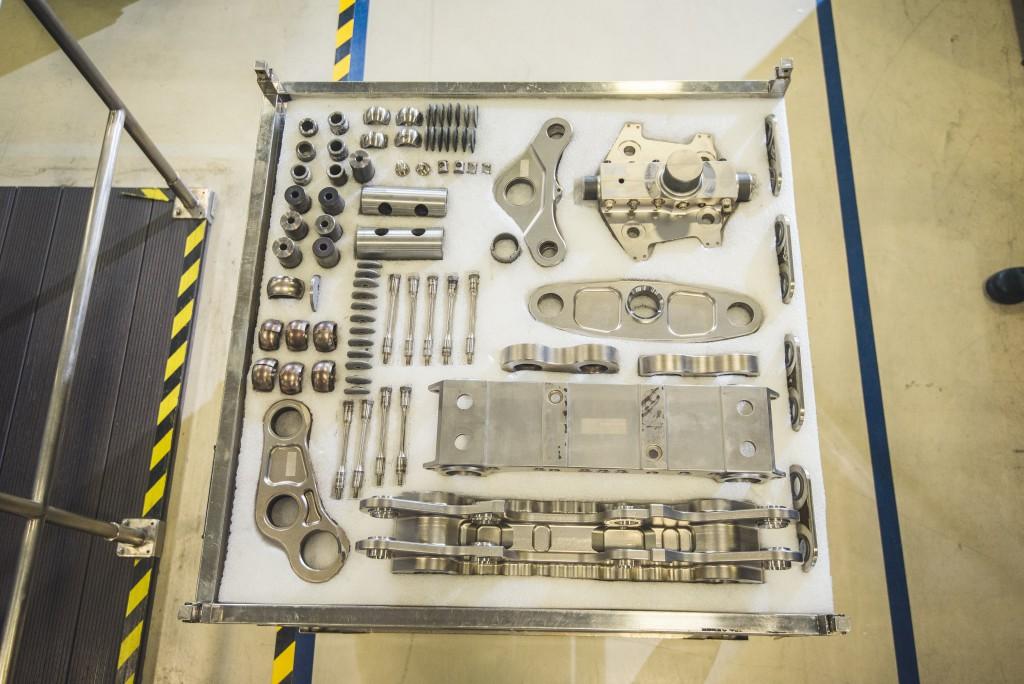 這一組引擎組件,造價相當於一架遊艇。