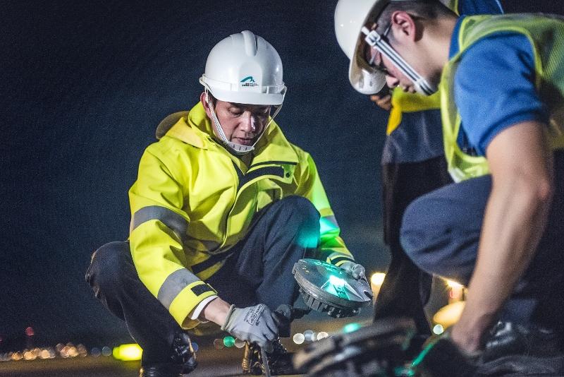 換燈時隊員分工合作,一方負責換燈,另一方則負責留意塔台指揮。