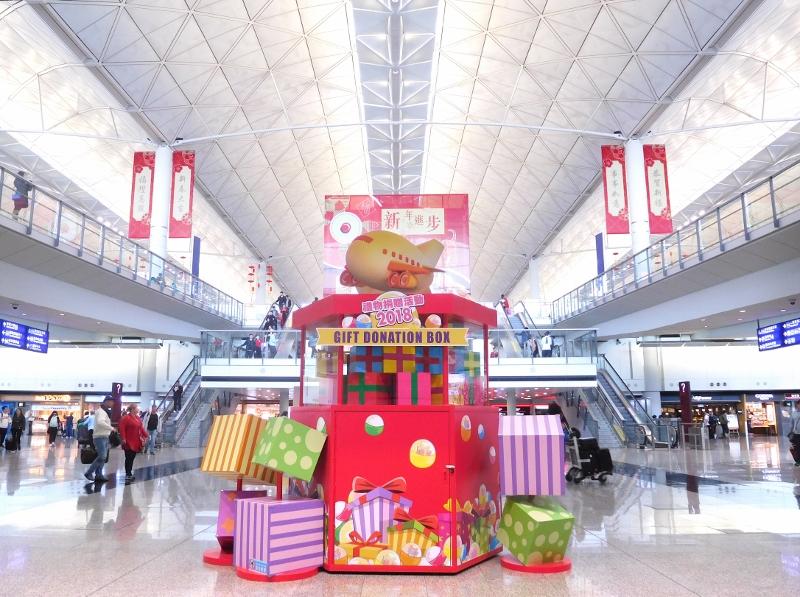 機場管理局連續五年舉辦禮物捐贈活動,向旅客及公眾收集禮物,再轉贈予社區弱勢社群。