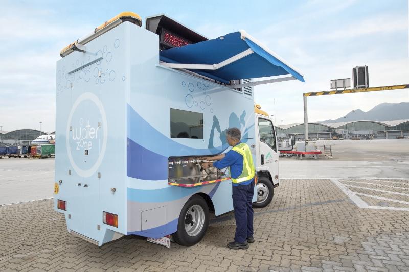 機場積極建立友善工作環境,如在停機坪為同事提供冷熱飲用水。