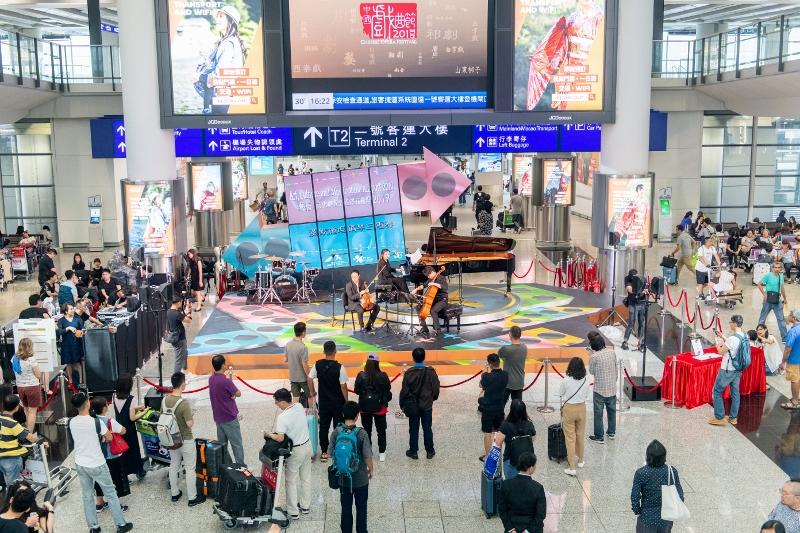 機場呈獻一系列精采展覽及表演節目,為旅客提供豐富機場體驗。