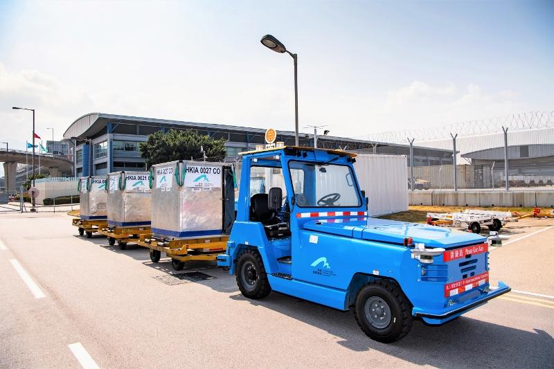 香港國際機場推出無人駕駛拖車,成為全球率先於實際環境操作無人拖車的機場。