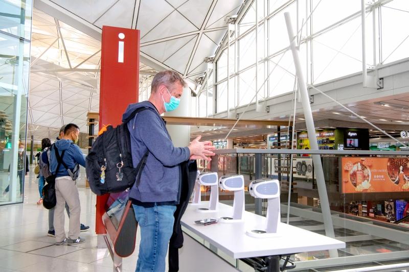 香港國際機場自年初起實行一系列防疫措施,包括在所有主要通道及旅客常經的位置,加設更多自動酒精搓手液機。