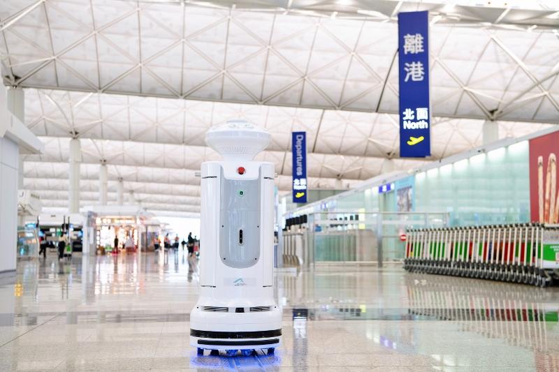 機管局引入智能消毒機械人,在機場客運大樓多個指定地點進行深層消毒工作,保障旅客及機場員工的健康。