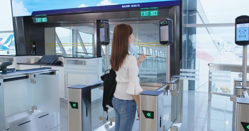 機管局將無接觸式技術廣泛應用於旅客設施,包括於本月推出的全新自助登機閘口。