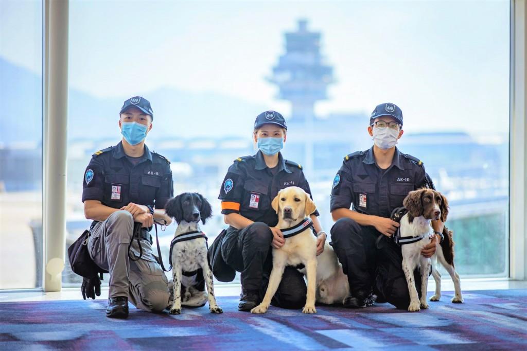 剛畢業的搜索犬(左起)Issac、Hugo及Kobe,以及其領犬員Alex、Michelle及Hong。