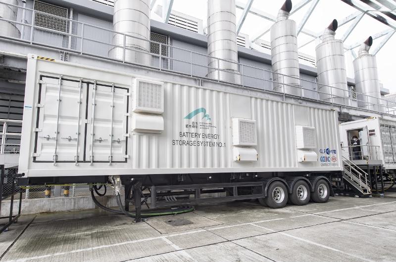 機管局通過引入冷氣預調系統及電池儲能系統,以創新科技實踐可持續用電管理及節能模式,以優化機場能源效益。